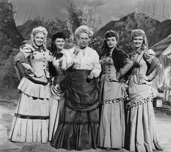 """Image - 1949-50 / Premier film pour la FOX (part 2, voir TAG) / Sur le conseil de son agent Johnny HYDE, Marilyn obtint un petit rôle dans cette comédie musicale de type western. En costume d'époque, elle était l'une des quatre danseuses de music-hall qui chantaient et dansaient """"Oh, What a Forward Young Man !"""". Marilyn commença à tourner en août ou septembre 1949. C'était son premier film pour la Fox depuis que le studio n'avait pas renouvelé son contrat en 1947. Les extérieurs furent…"""
