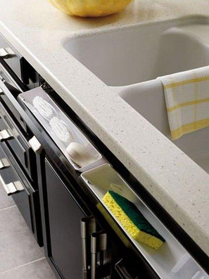 Dit kun je dus doen met de loze laatjes onder het aanrecht / Great idea for behind the panels under the sink. Why haven't I ever seen this before?!