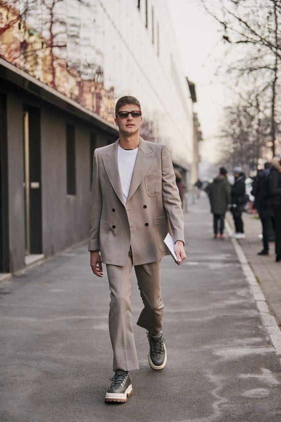 30代メンズにおすすめのダブルジャケットコーデ mejor streetstyle de la semana: un traje camel combina bien con todo