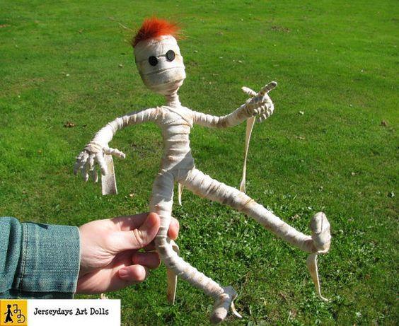 Mumie Puppe Rotschopf Halloween beweglich posierbar Bandagen Ägypten Pyramide hangemacht Unikat von Jerseydays Figur Grusel Spuk untot Geist