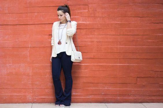 look-flare-jeans-maxi-colar-tshirt-branca-tranparencia-bolsa-branca-blazer-bege-drops-das-dez-6