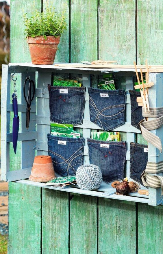 Cassetta per il giardinaggio   Non gettate i vostri vecchi jeans nella spazzatura. Le tasche possono diventare portaoggetti originali e decorativi. Questa cassetta portaoggetti ad esempio è utilissima per il giardinaggio e non solo! Qui potrete riporre le buste delle sementi e tenere delle utili mollette e spiedini che vi serviranno per segnare cosa avete piantato. Vi occorrerà Una cassetta di legno 6 tasche posteriori di jeans carta da stampare una vecchia cintura Ganci ad uncino Nastro…