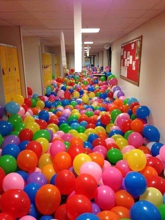 قام المدرس بتوزيع 50 بالونة على 50 تلميذ وطلب منهم أن ينفخوها ثم طلب من كل تلميذ أن يكتب إسمه على البالونه ثم جمع المدرس البالون Balloons Best Teacher Teaching
