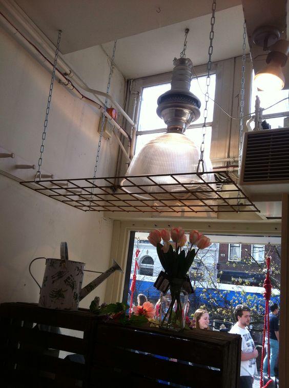 Betongaas aan het plafond. Pannen en plantjes aan hangen in de ...
