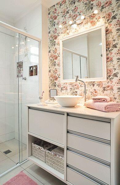 Um banheiro romântico assim como a dona do pedaço. Porcelanato com estampa floral.: