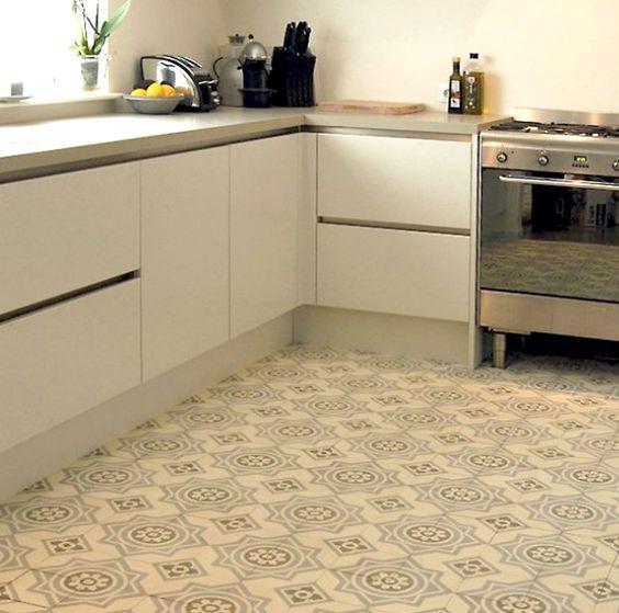 strak ontmoet retro! moderne keuken gecombineerd met oude tegels ...