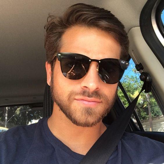 O ator @bernardopmesquita de Ray-Ban Blaze Clubmaster 3576N - perfeito pra qualquer momento! Óculos de sol masculino de vários formatos, tamanhos e marcas! Estilo, tendência e personalidade! Confira os modelos disponíveis na Óculos Shop! #óculos #óculosdesol #óculosmasculino #óculosparahomens #comousaróculos #óculosdesolparahomens #óculosestilo #óculosdesolmasculino #ideiasdeóculos #óculostendência