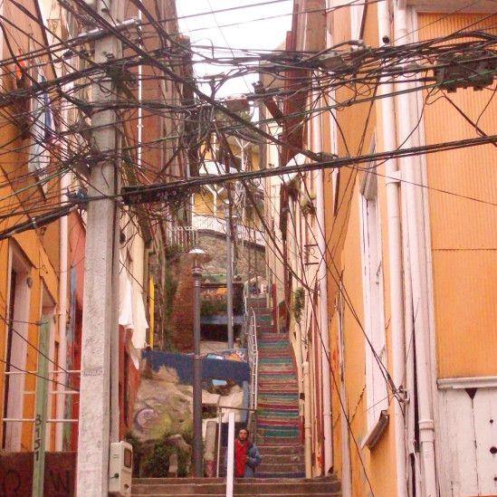 Margareth Pollo enviou foto do emaranhado de fios, tirada na cidade de Valparaíso, Chile.