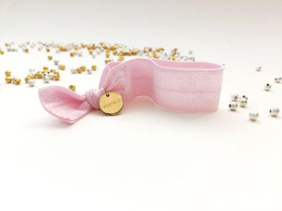 Superchicke elastische Hairties in rosa.  Sowohl als Haargummi als auch als Armband hübsch!  #braclets #elastic #pearls #armbänder #hairties #DPbeanies #gold #pink
