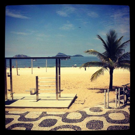 O Calçadão é uma das grandes vedetes das praias da Zona Sul Carioca. Há tanto que fazer nele, da velha e tradicional caminhada até as paqueras de verão...  Viva o Rio!