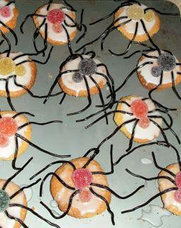 Spinnetjes op een cupcake. Of op een bitterkoekje, eierkoek of wat voor koekje dan ook.  Nodig; Cupcakes (of een ander koekje) Wit glazuur 2 maten tumtummetjes Dropveter