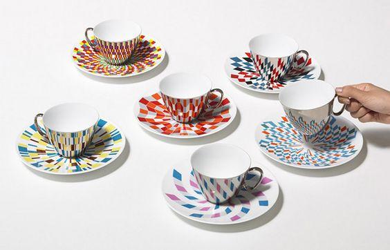 """As xícaras """"Waltz Cup & Saucer"""" feitas à mão pela marca de design japonesa D-Bros. De porcelana, são pintadas com uma camada fina de paládio refletivo, permitindo que cada estampa do pires reflita sobre a base. São vários desenhos geométricos diferentes."""