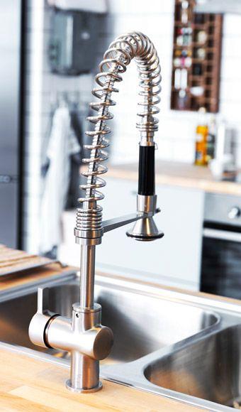Close-up van een keukenmengkraan met afneembare handdouche