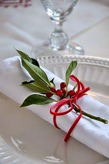 arranjo natural no guradanapo da mesa de natal