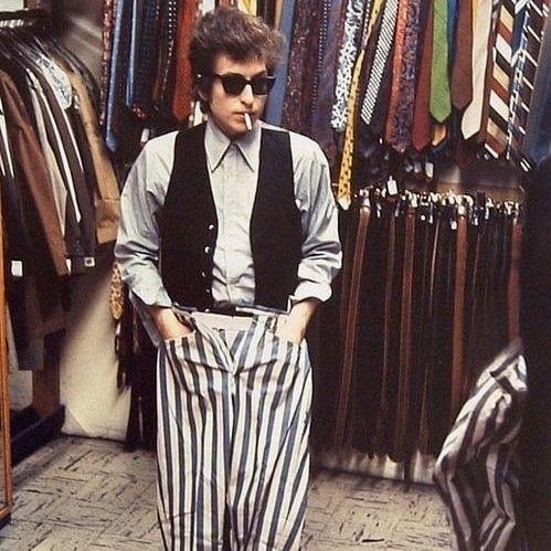 洋服屋さんでタバコを吸うボブ・ディラン