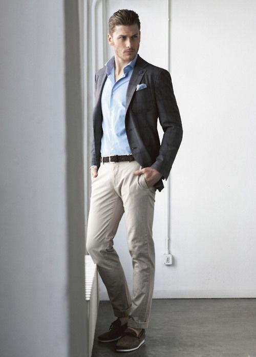 Comprar ropa de este look: https://lookastic.es/moda-hombre/looks/blazer-camisa-de-vestir-pantalon-chino-mocasin-con-borlas-panuelo-de-bolsillo-correa/3792 — Pañuelo de Bolsillo Celeste — Camisa de Vestir Celeste — Blazer Gris Oscuro — Correa de Cuero Negra — Pantalón Chino Beige — Mocasín con Borlas de Ante Gris Oscuro