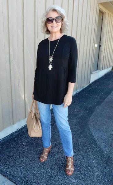 Causa jeans skinny com blusa preta de comprimento médio
