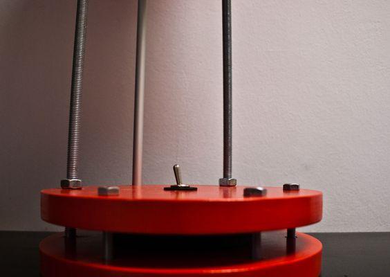 Detalla del pulsador de la lámpara de estilo industrial y cómodamente colocado en la base de la luz #lifestyle #decoración #light #red