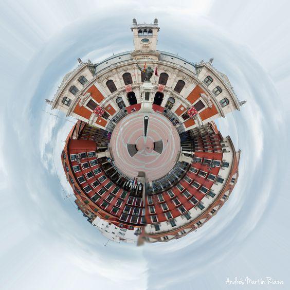 Mini planeta del Ayuntamiento de Valladolid, España.  #Fotografía #ProyectoCreativo #Creatividad #Monumentos #Diseño #Planeta #Photoshop