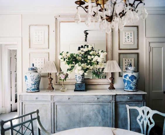 lonny+mag+christy+ford+and+george+dining+room+ginger+jars+blue+white (640×522)