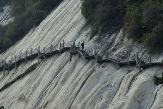 Camina por el sendero del monte Huashan en China - Dan Cooper/Getty Images