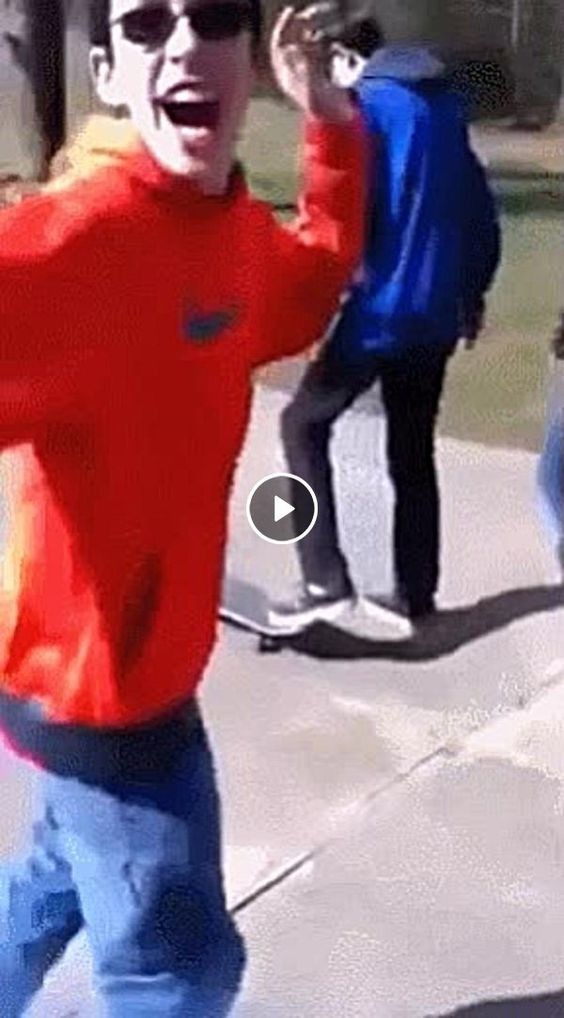 Esse Garoto te ensina a andar de Skate.