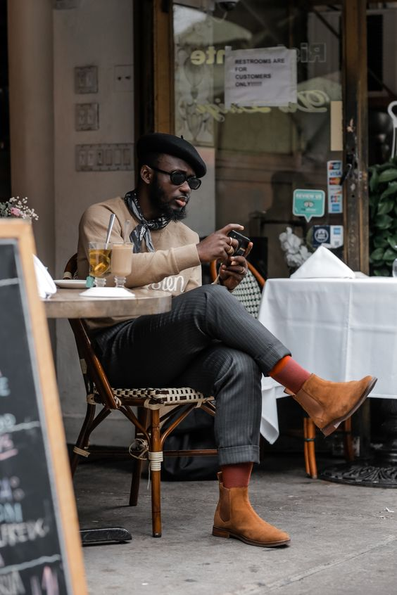 hombre afrodescendiente sentado en un café