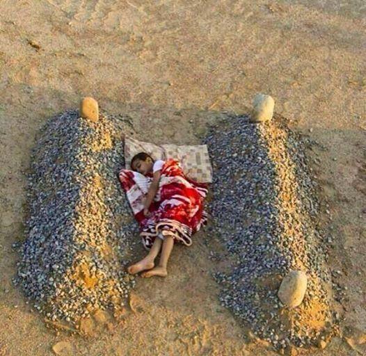 Garoto dormindo entre o túmulo de seus pais, na Síria.  Para essa dor não existe cura.