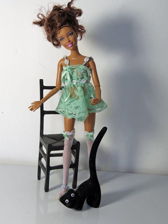 Para dormir ela vai com esse modelinho verde e ainda desfila com meias e sapatinhos em crochet.