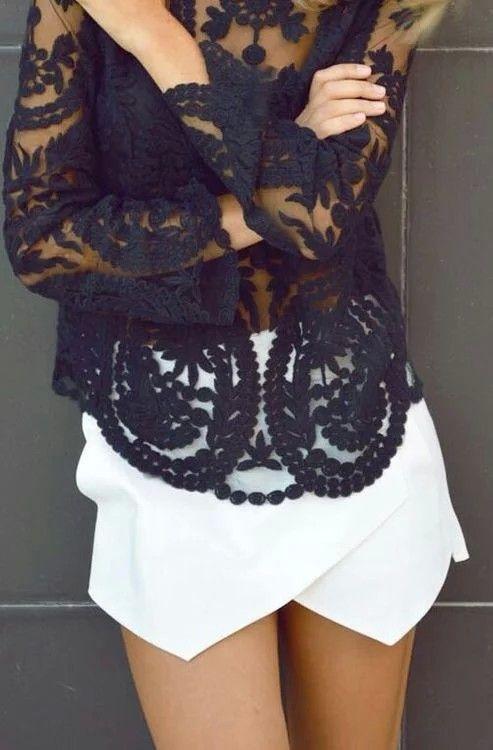 Pollera blanca en picos y blusa negra con transparencias