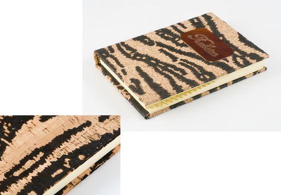 Code 440 --- Rubrica da tavolo coperta in Sughero Formato: 17x13 Carta paglierino cucitura a libro alfabeto grafica indirizzi e numeri telefonici dorso tondo - 140 fogli --MADE in ITALY ----Design ----Email: pietrobiccheri@gm...