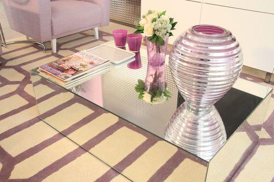 mesa de centro: jarra, castiçais, revistas, pote