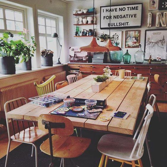 Älskar att ha ett lååååångt matbord. Vi har ofta pyssel igång i ena änden och kan ändå duka till våra måltider i den andra. Idag är det pärlpyssel som gäller i pysseländen!