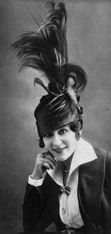 Mlle Tracy, chapeau de Lewis, photo Talbot,Les Modes May 1914.: