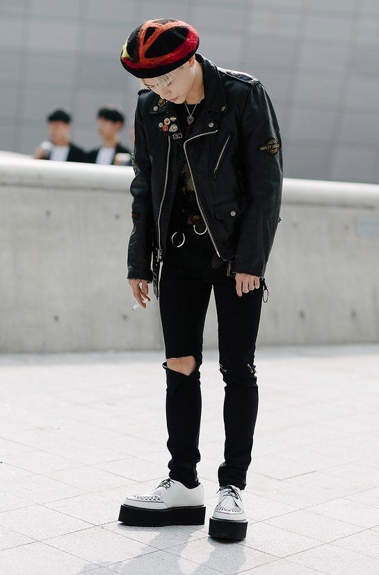 Kết hợp giữa áo da cá tính mũ nồi cùng đôi giày đế suồng tạo nên phong cách hippy đầy nổi loạn cho mọi chàng trai