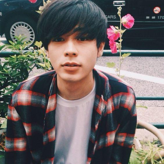 チェック柄シャツを着ている成田凌のかっこいい高画質画像