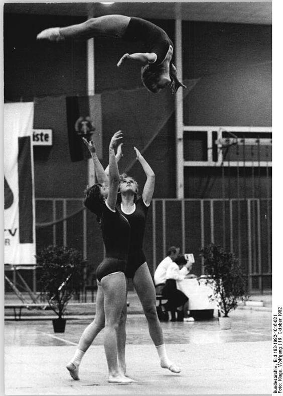 ADN-ZB Kluge 16.10.82 Leipzig: DDR-Meisterschaften in der Sportakrobatik -Die Gruppe von Dynamo Halle-Neustadt mit Antje Mahlich, Monika Müller und Simone Nikolaizig wurde mit 47,1 Punkten Sieger im Wettbewerb der Damen.