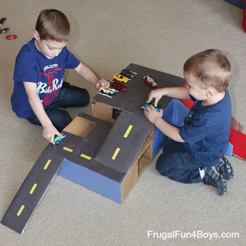 cardboard box hot wheels car garage with ramps spielzeug jungen und umzugskartons. Black Bedroom Furniture Sets. Home Design Ideas