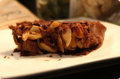 Bûche au chocolat, croûte d'amandes caraméliséés