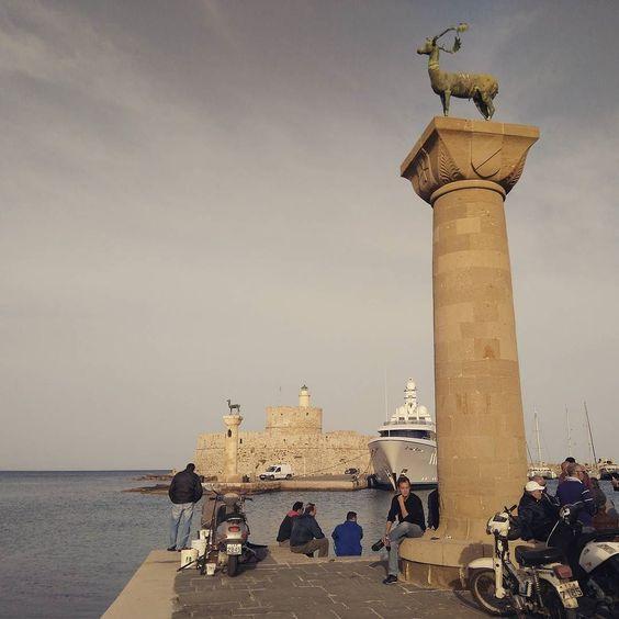 Y ahí entre yates y pescadores un día estuvo el Coloso de Rodas  #fisherman #rhodes #aegeansea #greece by andreoska