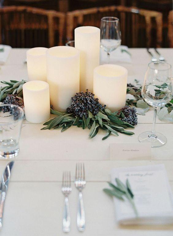 Schlichte Tischdeko mit weißen Kerzen, Lavendel und Olivenzweigen