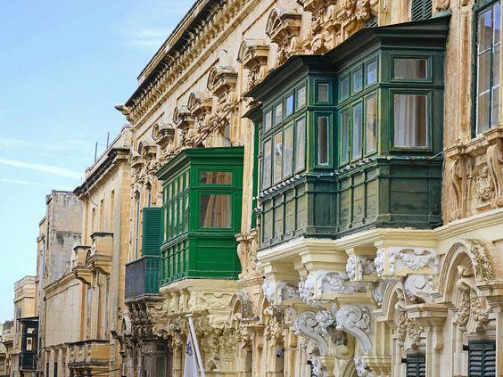 Les balcons en bois (bow-window) sont caractéristiques du Malte historique. Ils ont une forte parenté avec les balcons du Maghreb, les artisans arabes ou ottomans étaient nombreux à Malte à l'époque des chevaliers et leur savoir-faire était exploité.   Comme dans le monde oriental, ces balcons permettaient aux habitants (notamment aux femmes) de regarder dans la rue discrètement. Aujourd'hui ils rythment esthétiquement les façades des immeubles, tout en gardant une fonction climatique…