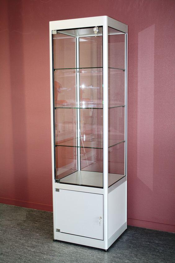 Vitrine avec étagères verre et petite réserve basse