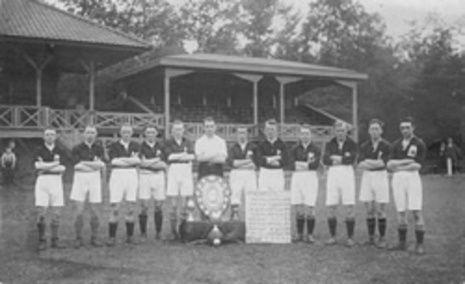Het kampioensteam van SC Enschede uit 1926 (De foto is genomen voor de houten hoofdtribune op het Van Heekpark)