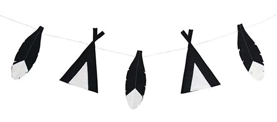 Slinger tipi en veren zwart-wit Een stoere vilten slinger met tipi's en veren voor de babykamer of kinderkamer in het zwart-wit. Aan de slinger hangen 2 tipi's en 3 veren en hij is ongeveer 130cm lang. De tipi's en veren zijn gemaakt van dik vilt. De slinger is een leuke decoratie voor de babykamer of kinderkamer. Je kunt hem aan het bed hangen, aan de muur of onder een plank waar leuke spulletjes op staan. monochrome