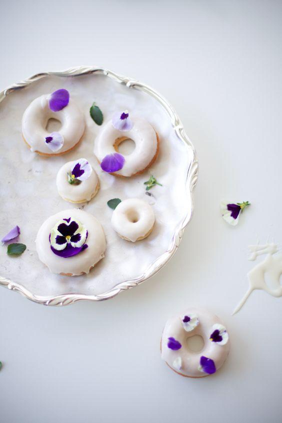 Donuts und Blüten ergeben ein gutes Team. #tollwasblumenmachen