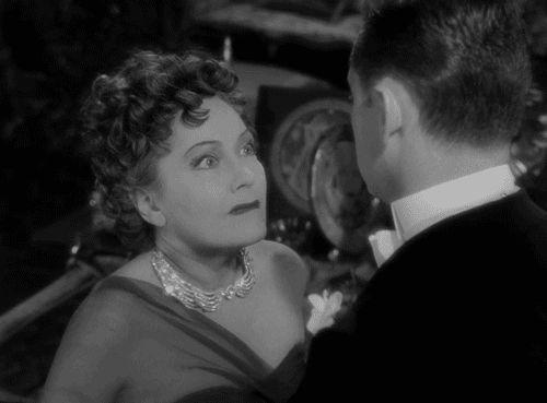 """Esse é um daqueles filmes clássicos imperdíveis; """"Crepúsculo dos Deuses"""", com William Holden e Gloria Swanson. Para mim a melhor versão do tema, (bem recorrente) a decadência de astros que tiveram grande fama e o passar dos anos, com a chegada da velhice, os papeis somem. Filme em preto e branco, excelente fotografia e ótimas atuações. Final """"bombástico"""". Ótimo!!!"""
