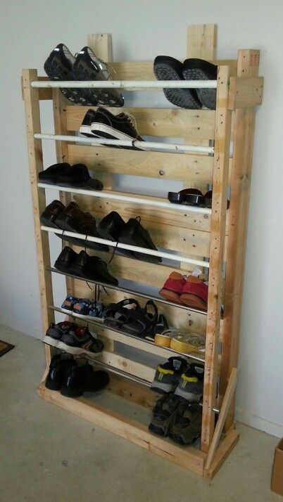 Pallet shoe rack with shoes wonder what the bar part is for Diseno de muebles con cajones de verduras