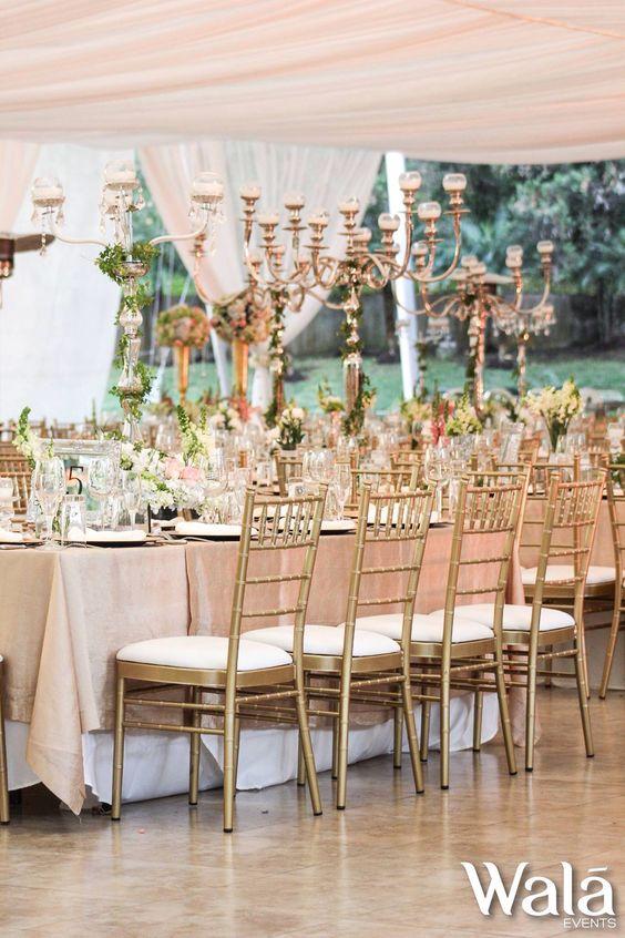 Mesa imperial con accesorios de velas y bouquets de flores con candelabros grandes !