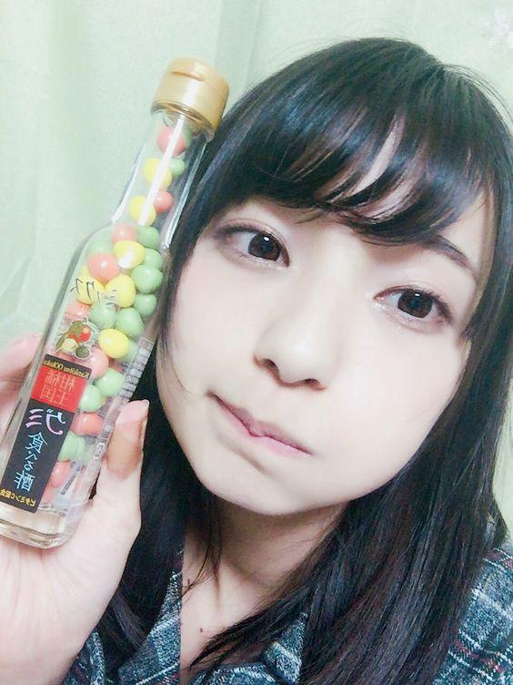 食べる酢グミを持った高野麻里佳さん